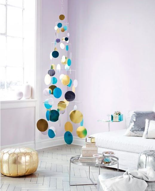 un rbol de navidad con mucho color y ideal para una casa con mucho estilo y