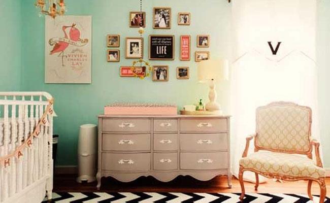 dormitorio con silla y cmoda de poca para decorar