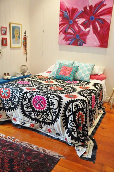 zasUn-apartamento-informal-y-femenino.-Dormitorio-con-colcha-colorida