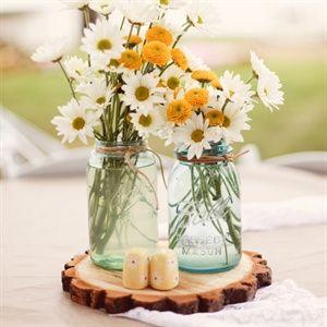Centros-de-mesa-country-chic-con-mason-jars-flores-frescas-y-base-de-madera