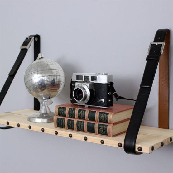 Repisa hecha con cinturon y tabla de madera