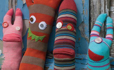 ninaDivertidos monstruos hechos de calcetines