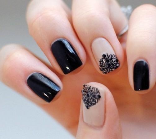 elegante-nail-art-nera-con-dettagli-in-pizzo